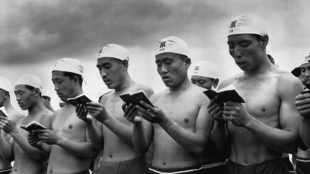 Swimmers reading Mao's Little Red Book. Credits: Li ZHensheng | SIPF
